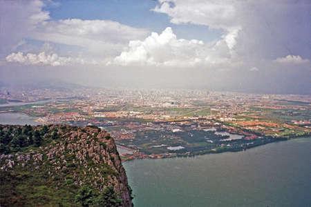 中国雲南省、昆明市の龍門山から見た淀湖空撮のビンテージ スタイル写真