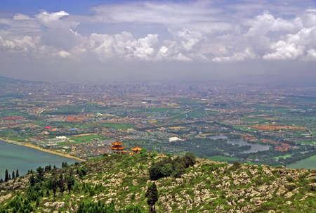 中国雲南省、昆明市の龍門山から見た淀湖空撮のビンテージ スタイル写真 写真素材 - 36658880