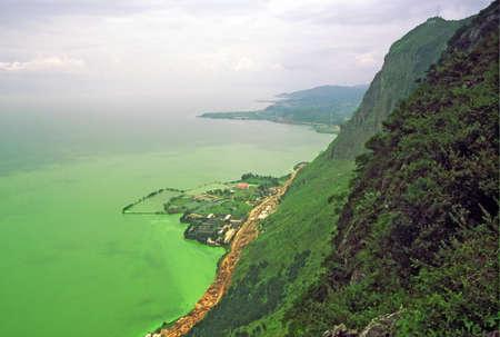 垂直の岩に刻まれたドラゴン montains 西部の丘陵地帯、中国雲南省、昆明寺の近くに淀湖の絶壁の空撮のビンテージ スタイル写真 写真素材