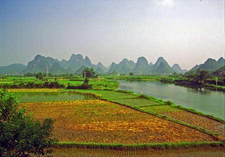 陽朔 - 川、田んぼと素晴らしく形山近くのジェネリックの中国風景のビンテージ スタイル写真