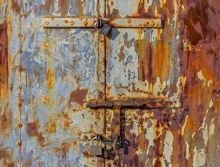 腐食したボルト、金属の小屋のドアに南京錠