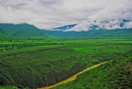 雲南省の深い川の岸辺、緑豊かな緑のフィールドと霧にむせぶ山の山水様式し、油絵のようにフィルタ リング