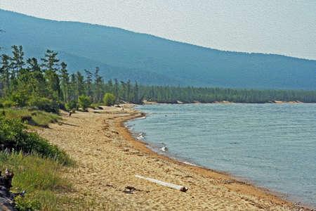 ロシア シベリア - 砂浜のビーチと、背景の林のバイカル湖の野生の海岸様式し、油絵のようにフィルタ リング