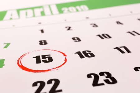 Calendario 2019 con giorno d'imposta contrassegnato per il deposito il 15 aprile