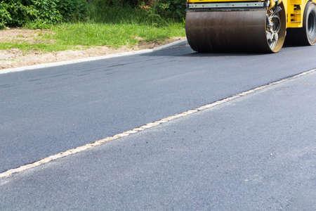 Fresh black asphalt on new street road. Construction at work. Foto de archivo - 150126103