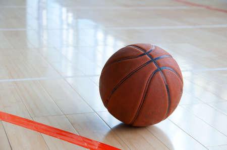 terrain de basket: Basket-ball sur un plancher en bois. Gros plan.