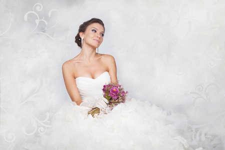 hair dress: Brunet retrato novia con flores en el estudio Foto de archivo