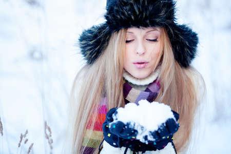 Mooie blonde haren meisje i winterkleding Stockfoto - 12049757