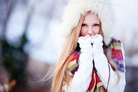 invierno: Hermosa niña de pelo rubio i ropa de invierno Foto de archivo