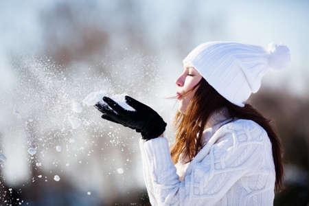 Meisje speelt met sneeuw in het park