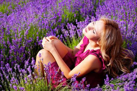 Mooie blonde haren meisje in lavendel weide