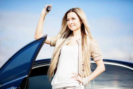 Mooi meisje met autosleutel in de hand Stockfoto - 12897149