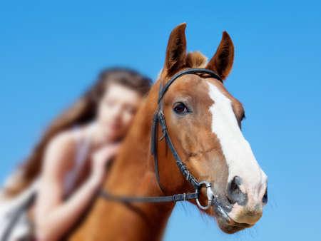 Ragazza in abito bianco con il cavallo sulla spiaggia Archivio Fotografico - 13321931