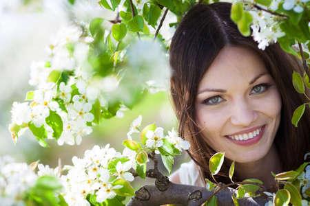 Beautiful brunette girl portrait in blossom garden Stockfoto