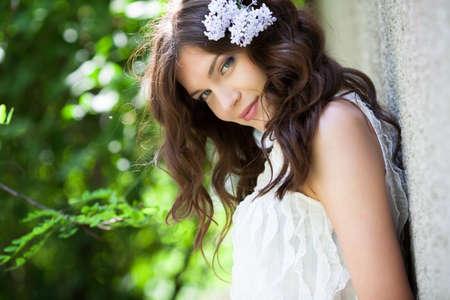 belle brunette: Belle fille avec fleur de lilas dans les cheveux