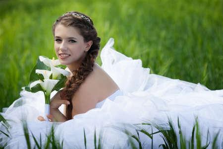 calas blancas: Hermosa novia con flores calas Foto de archivo
