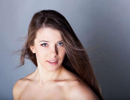 Mooie brunette meisje met gezond haar in de studio Stockfoto
