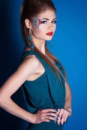 maquillaje de fantasia: Chica con la fantas�a de maquillaje en el estudio Foto de archivo