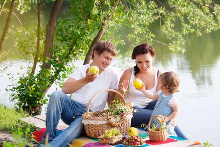 Familie op picknick in de buurt van het meer