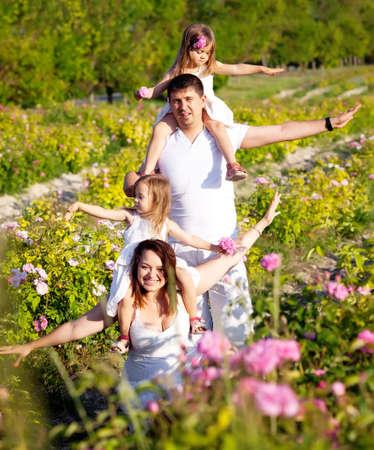 Familie in roze bloemen tuin