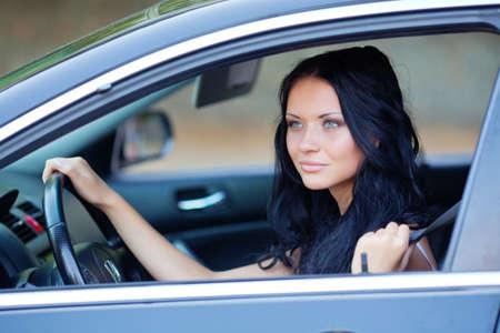 Jonge mooie vrouw in de auto Stockfoto