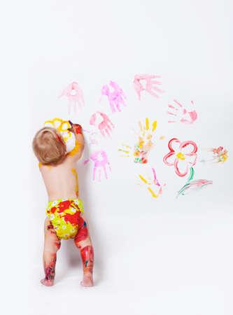 Meisje schilderij op de muren en de vloer in de studio