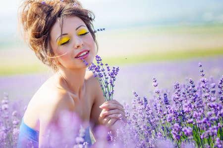 Mooi meisje op de lavendelblauwe veld Stockfoto