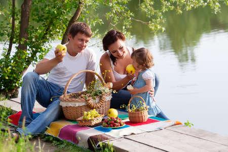 Familie op picknick bij het meer