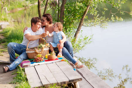 Familie auf Picknick am See photo