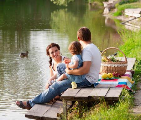 pique nique en famille: Famille en pique-nique au bord du lac