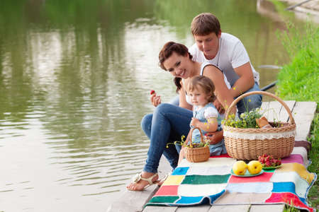 pique nique en famille: Famille en pique-nique pr�s du lac Banque d'images