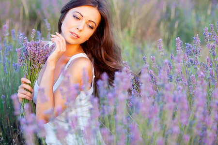 lachende beautuful brunette in het veld lavendel