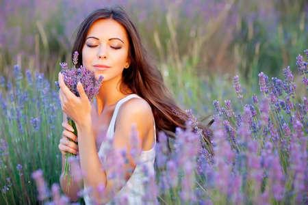 champ de fleurs: sourire beautuful brune dans le champ de lavande