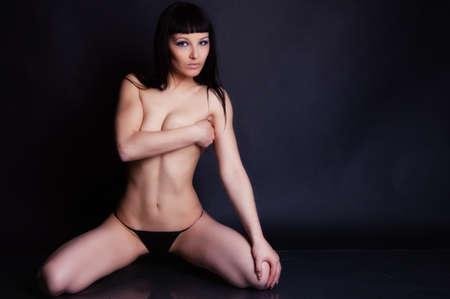 fille nue sexy: Fille dans des vêtements sexy portrait en studio Banque d'images