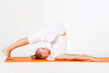 Jonge vrouw doet yoga oefening Stockfoto