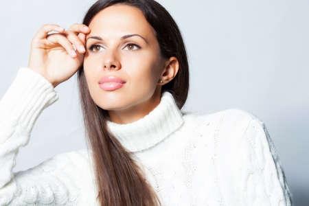 ropa de invierno: Hermosa mujer morena en estudio