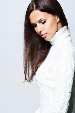Mooie brunette vrouw in de studio