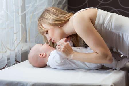 Moeder met haar baby jongen thuis Stockfoto
