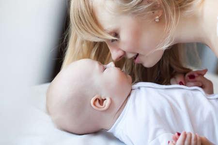 自宅で彼女の幼児の男の子の母 写真素材