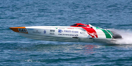 Yalta, Oekraïne - MEI 8. Racing boot in het wereldkampioenschap van de Powerboat P1 op mei 8, 2010 in Yalta, Oekraïne Stockfoto - 16769622