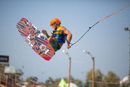 """Popovka, Oekraïne - 23 augustus. Onbekend surfer op de mededinging """"Z-Games 2012"""" op 23 augustus 2012 in Popovka, Oekraïne"""
