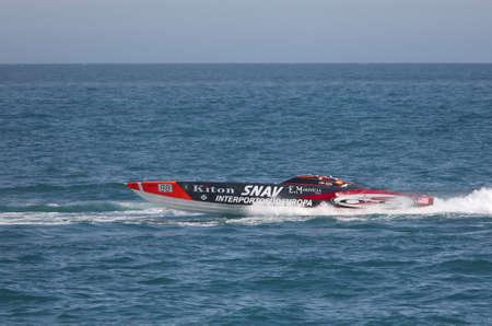 bateau de course: Yalta, Ukraine - 8 MAI. Bateau de course dans le championnat du monde de Powerboat P1 sur le 8 mai 2010 � Yalta, Ukraine