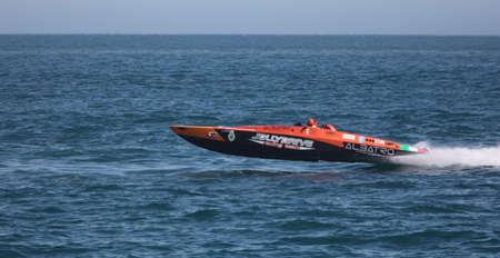 bateau de course: Yalta - 8 mai. Racing course de bateaux dans le championnat du monde de Powerboat P1 sur le 8 mai 2010 � Yalta, en Ukraine