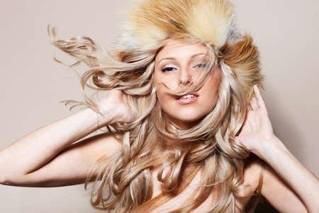 毛皮の帽子のブロンドの髪の女の子 写真素材