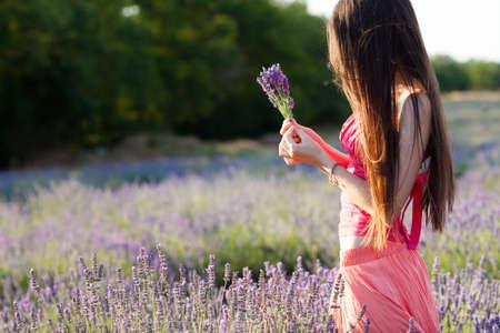 ラベンダー畑で美しい少女 写真素材