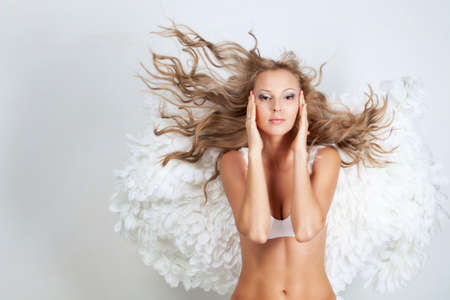 Belle fille blonde avec des ailes blanches photo