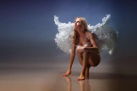 흰 속옷에 천사의 날개를 가진 아름 다운 여자