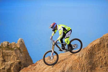 """Sevastopol, Oekraïne - 13 februari: Onbekend racer op de concurrentie van de mountainbike """"fractie ride 2013"""" op 13 februari 2013 in Sevastopol, Oekraïne Stockfoto - 18112160"""
