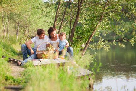 pique nique en famille: Famille en pique-nique Banque d'images