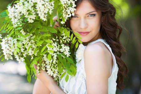 Jonge vrouw in bloeiende tuin Stockfoto